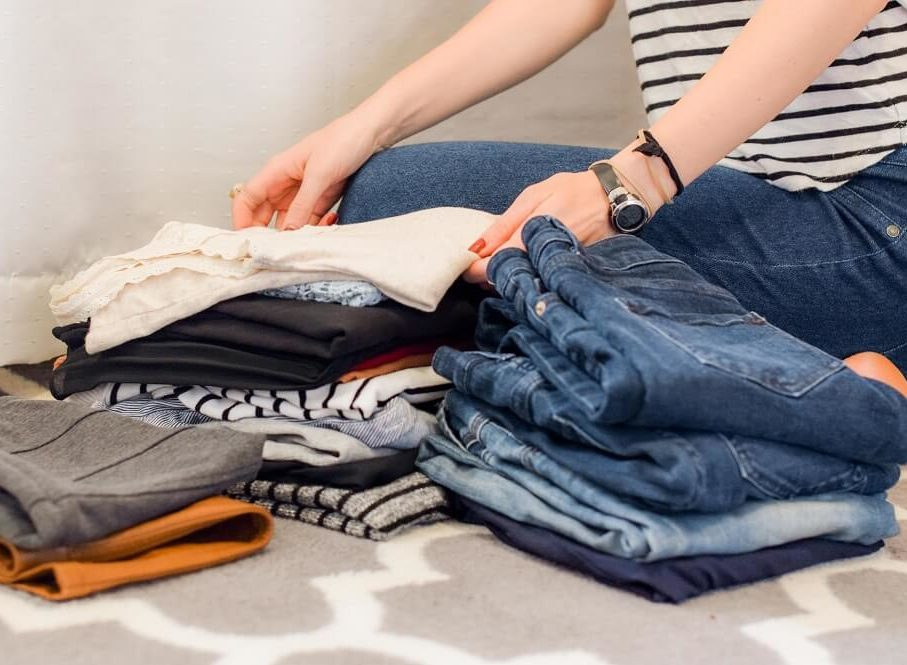 Kleiderschrank-check Kleidung sortieren auf dem Bett